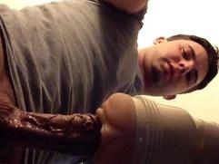 Garoto Lind socando pau gigante e veiudo na buceta de borracha!
